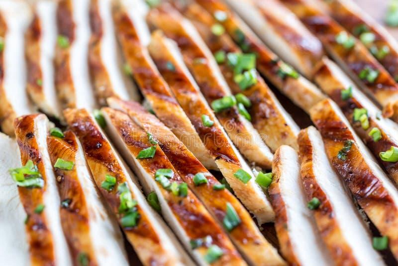 Tranches de poulet grillé en sauce à chaux photographie stock libre de droits
