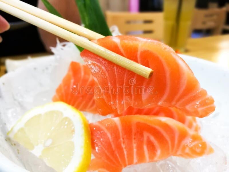 Tranches de sashimi saumoné cru photo stock