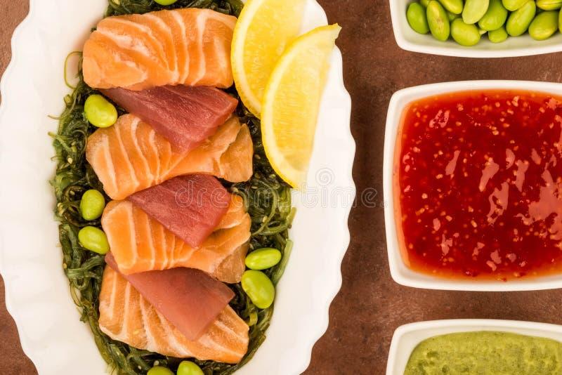 Tranches de style japonais de saumons et de Tuna Sashimi On un lit de PIC image stock