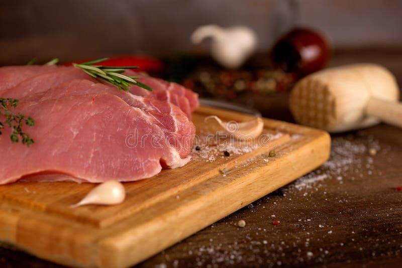 Tranches de viande crue sur le conseil photos libres de droits