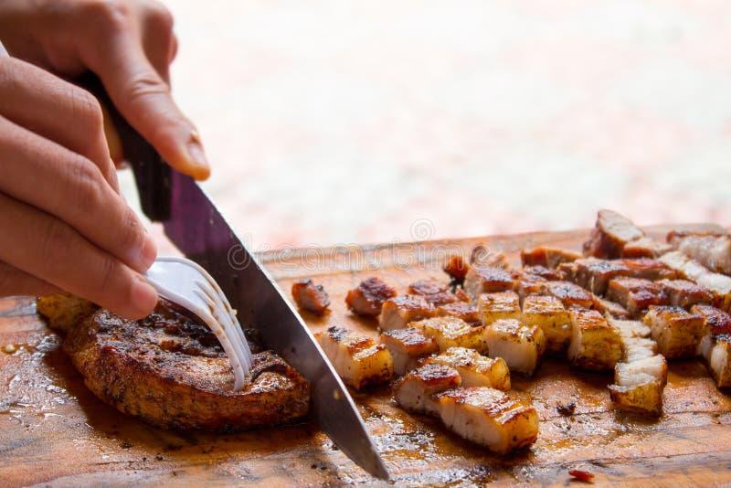 Tranches de viande sur une planche à découper photos libres de droits
