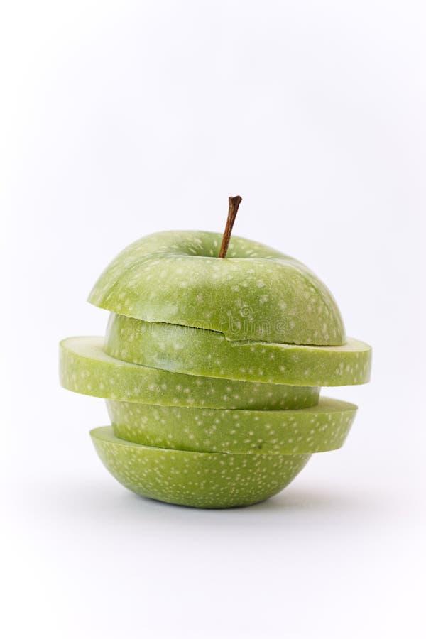 Tranches empilées de pomme sur le fond blanc photos libres de droits