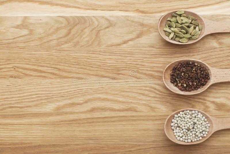 Tranches en bois avec des épices sur un conseil en bois photographie stock libre de droits