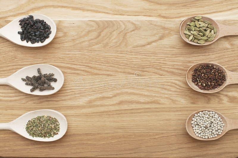 Tranches en bois avec des épices sur un conseil en bois photo stock