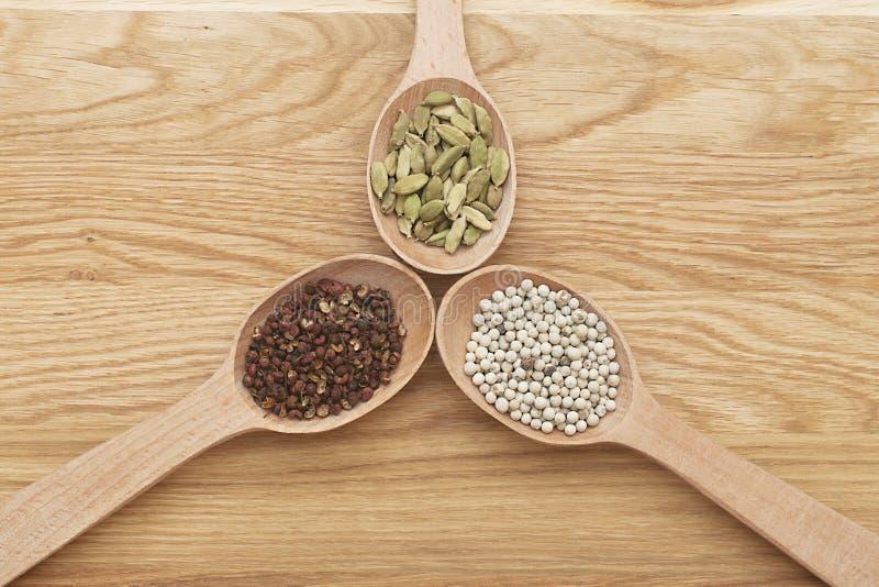 Tranches en bois avec des épices sur un conseil en bois images stock