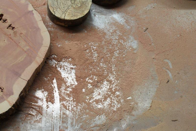 Tranches en bois sur une table en métal couverte en sciure image stock