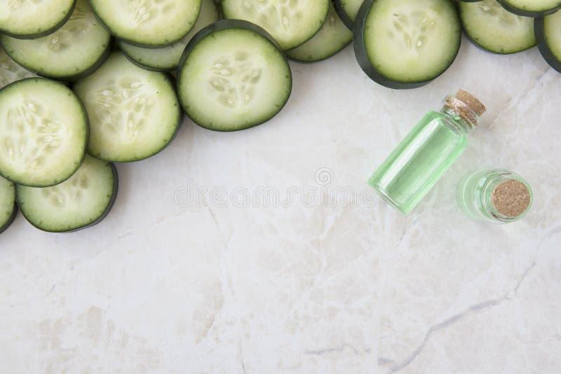 Tranches et extrait de concombre avec l'espace de copie image libre de droits