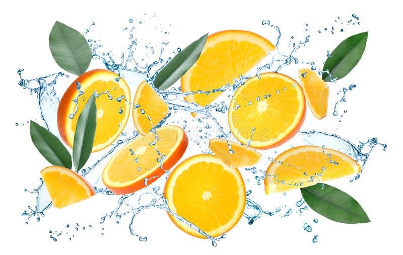 Tranches, feuilles d'agrume et éclaboussure oranges juteuses volantes de l'eau illustration de vecteur