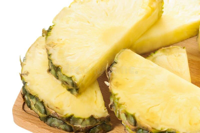 Tranches fraîches d'ananas sur le hachoir brun photographie stock libre de droits