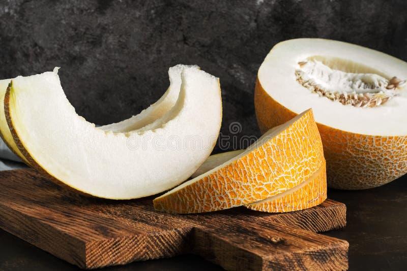 Tranches fraîches de melon sur une planche à découper Foyer sélectif photo stock
