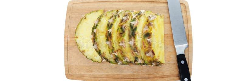 Tranches fra?ches d'ananas sur le hachoir brun photo libre de droits