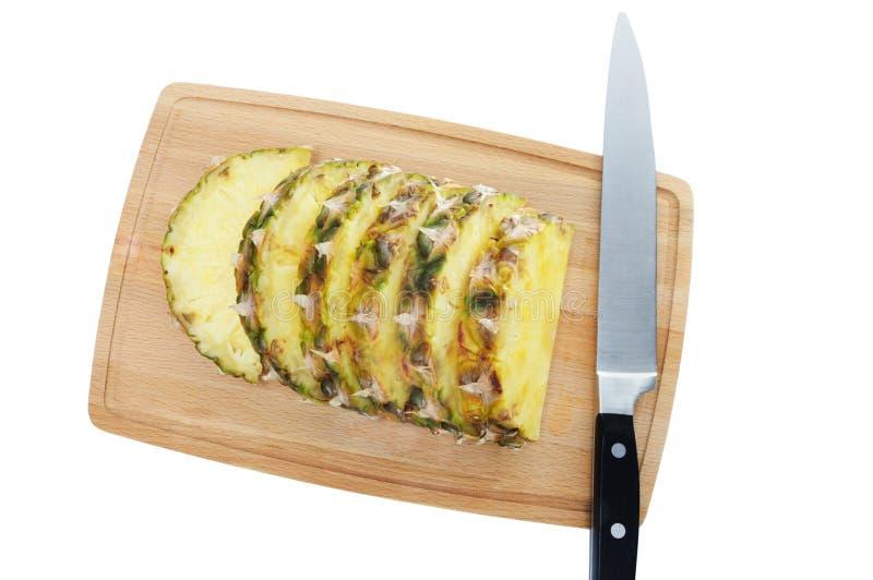 Tranches fra?ches d'ananas sur le hachoir brun photographie stock