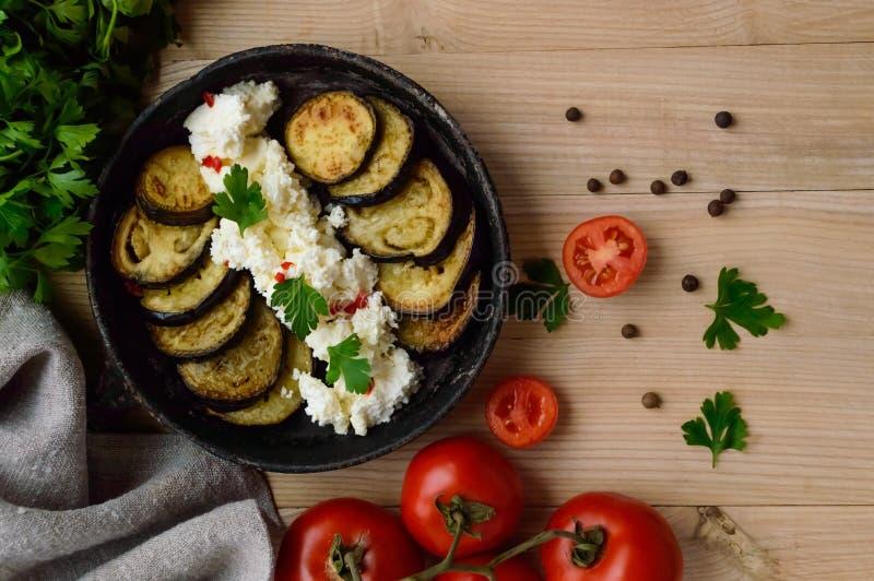 Tranches frites d'aubergine avec de la crème de fromage blanc, épices image stock