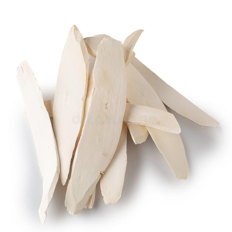 Tranches igname de tranches ou de racines chinoise sèche de Yamaimo d'isolement sur le fond blanc photo stock
