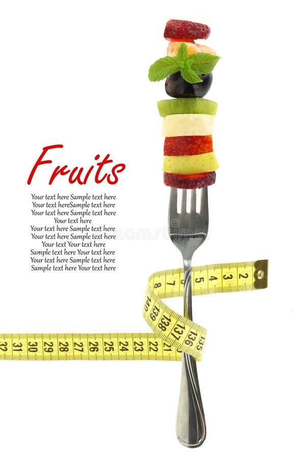 Tranches mélangées fraîches de fruits sur une fourchette photos stock