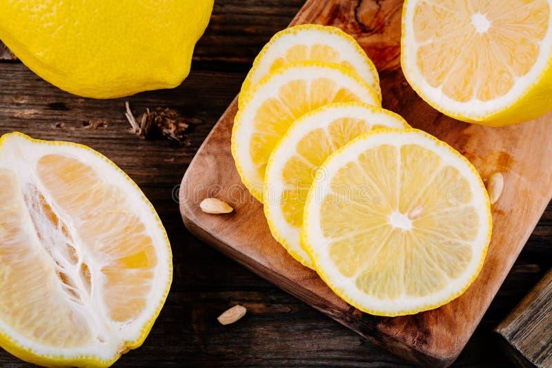 Tranches mûres fraîches de citron sur le fond en bois photo stock
