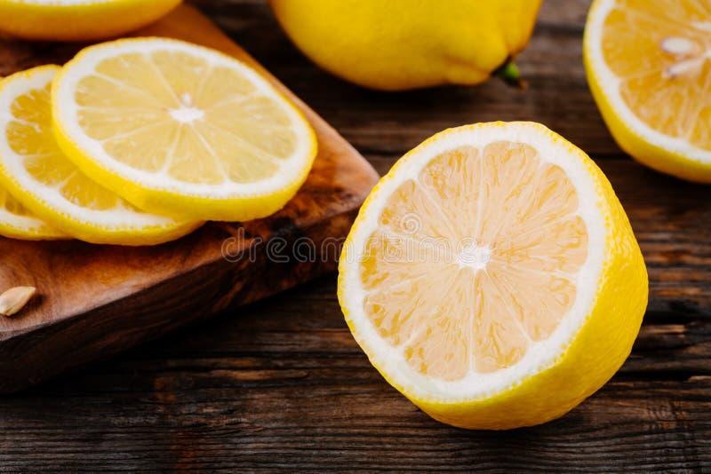 Tranches mûres fraîches de citron sur le fond en bois image libre de droits