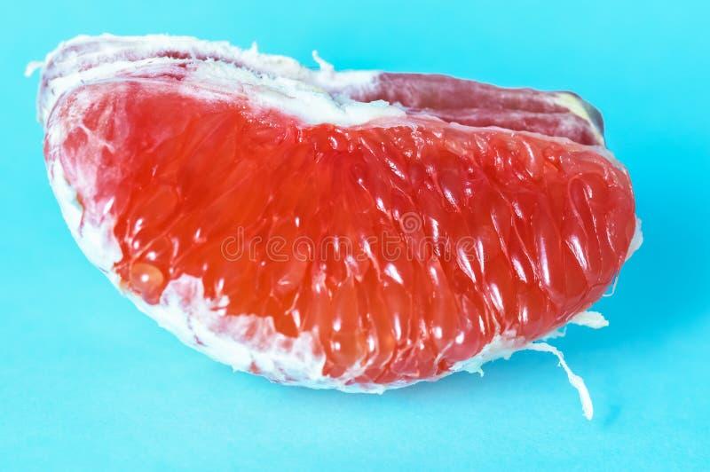 Tranches oranges avec la chair rouge sur un fond bleu image libre de droits