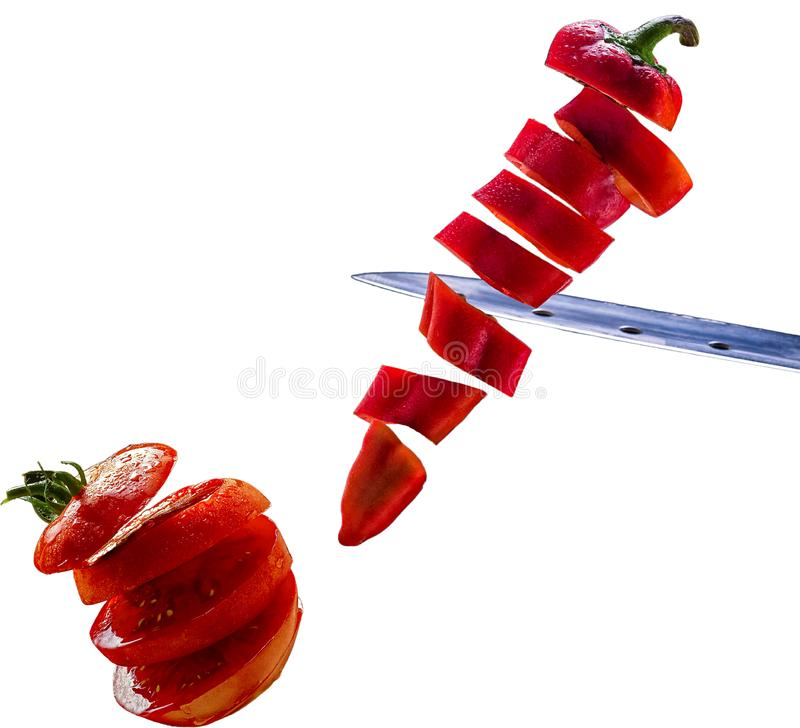 Tranches rouges de paprika et de tomate doux d'isolement sur le blanc images stock
