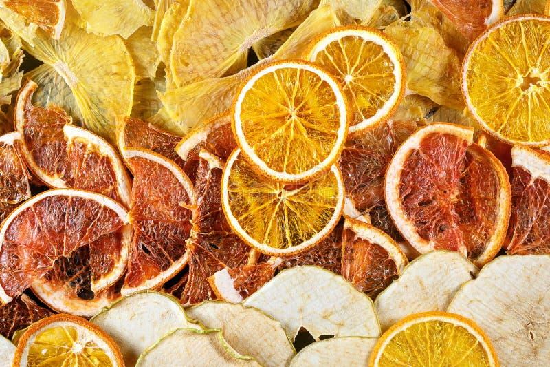 Tranches sèches d'orange, de pamplemousses et de pommes photo libre de droits