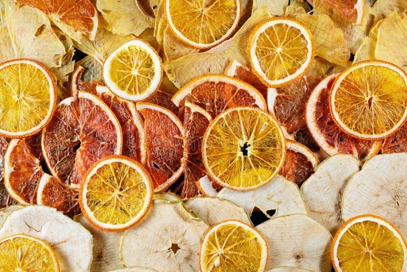Tranches sèches d'orange, de pamplemousses et de pommes photographie stock libre de droits