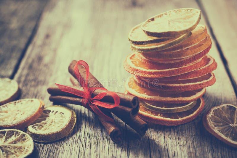 Tranches sèches d'orange et de citron, chaux et bâtons de cannelle photographie stock libre de droits