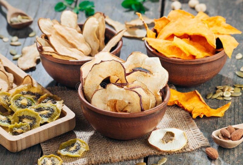 Tranches sèches de fruits et légumes dans des cuvettes sur le fond en bois rustique photographie stock libre de droits