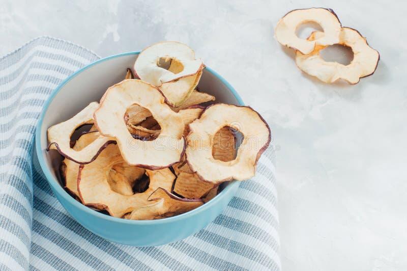 Tranches sèches de pomme dans une cuvette bleue photo stock