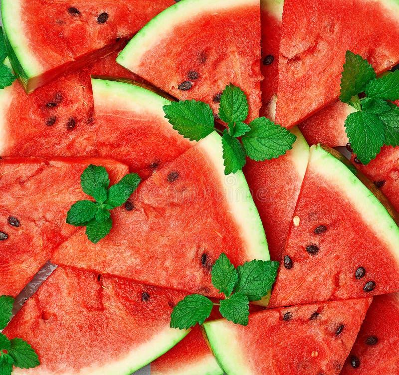 tranches triangulaires tranchées de pastèque rouge mûre avec graines photos stock