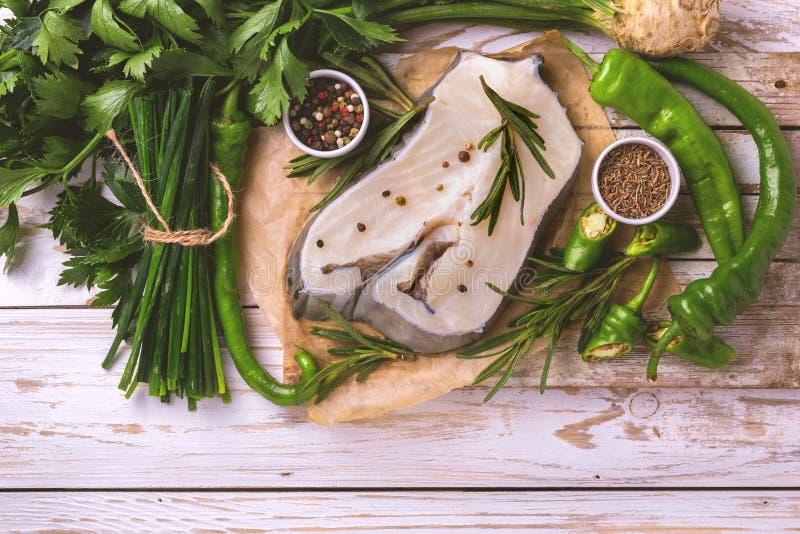 Trancio di pesce bianco fresco crudo con gli ingredienti delle verdure fotografia stock libera da diritti