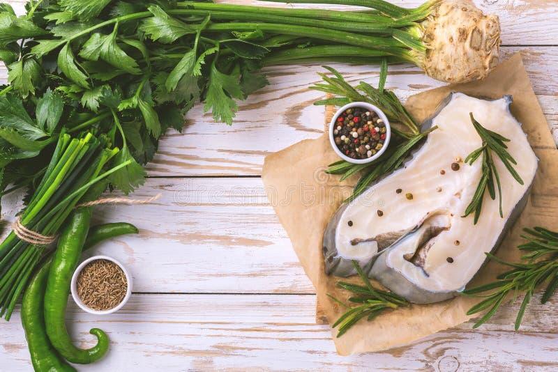 Trancio di pesce bianco fresco crudo con gli ingredienti delle verdure fotografie stock libere da diritti