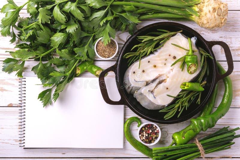 Trancio di pesce bianco fresco crudo con gli ingredienti delle verdure immagine stock libera da diritti