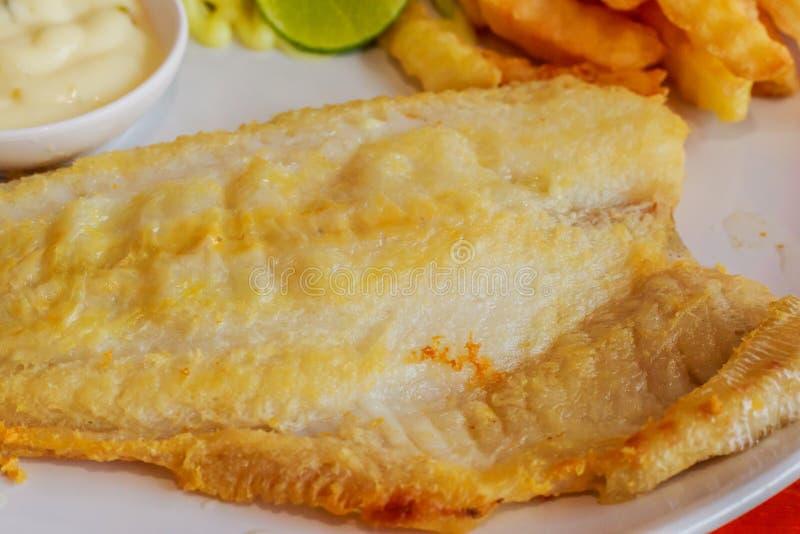 Trancio di pesce di tilapia su un piatto bianco fotografia stock