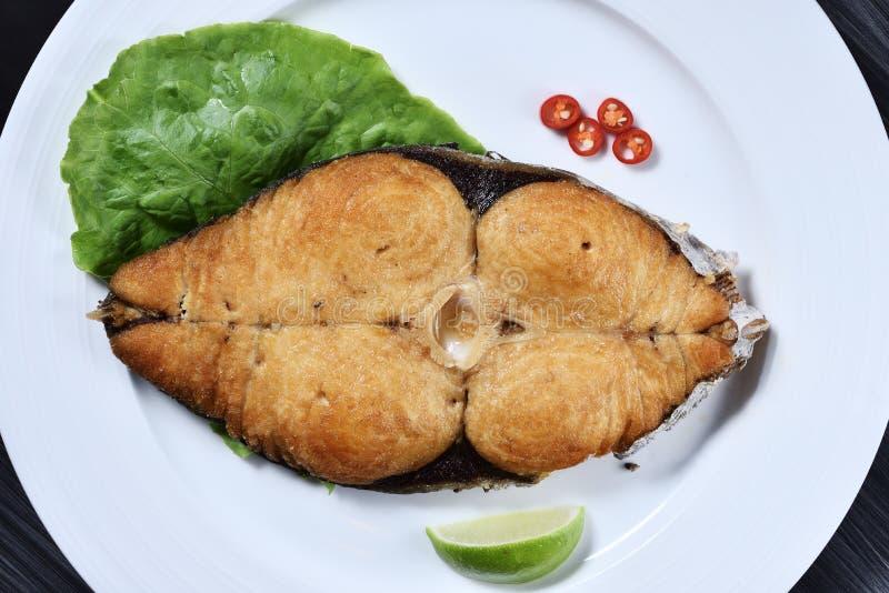 Trancio di pesce fritto nel grasso bollente dello sgombro fotografie stock libere da diritti