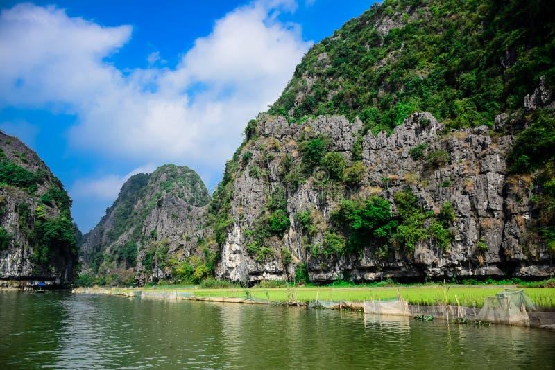 Trang美好的风景在Tam Coc, Ninh Binh省的,越南联合国科教文组织世界遗产名录站点 免版税库存照片