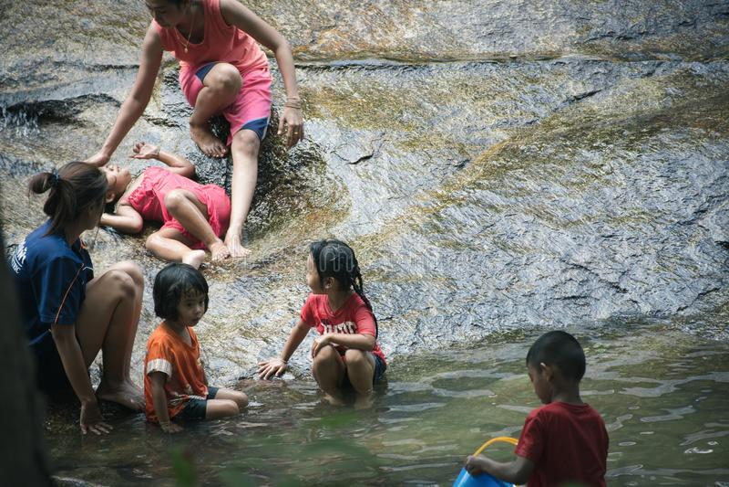 Trang, Ταϊλάνδη - 16 Απριλίου 2016: Τα παιδιά ελεύθερου χρόνου με το γονέα απολαμβάνουν το νερό μαζί στις θερινές διακοπές στο wa στοκ φωτογραφία με δικαίωμα ελεύθερης χρήσης