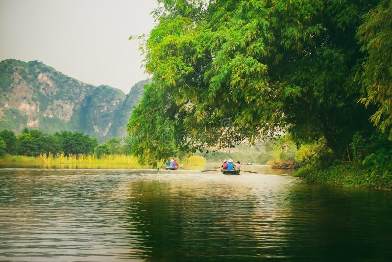 Trang, Ninh Binh, Vietnam - 10 de septiembre de 2016: En el barco en Trang - un Ninh Binh imagen de archivo
