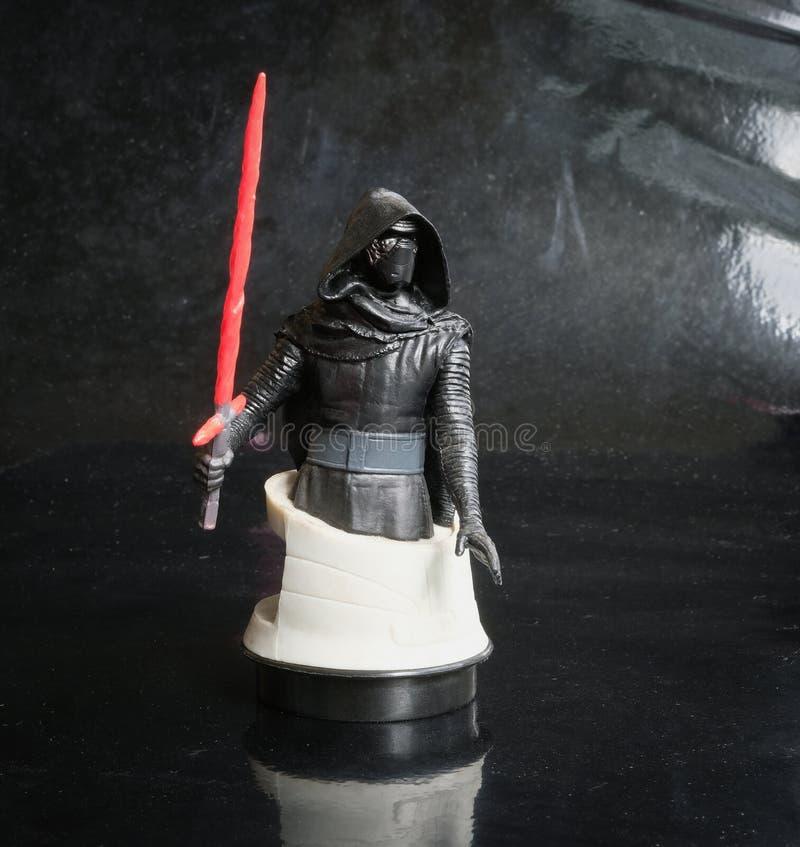 Trang Tailandia - 8 de diciembre de 2017: El estudio tiró la figura cine del busto de Kylo Ren del sf de la serie de Star Wars en imagenes de archivo