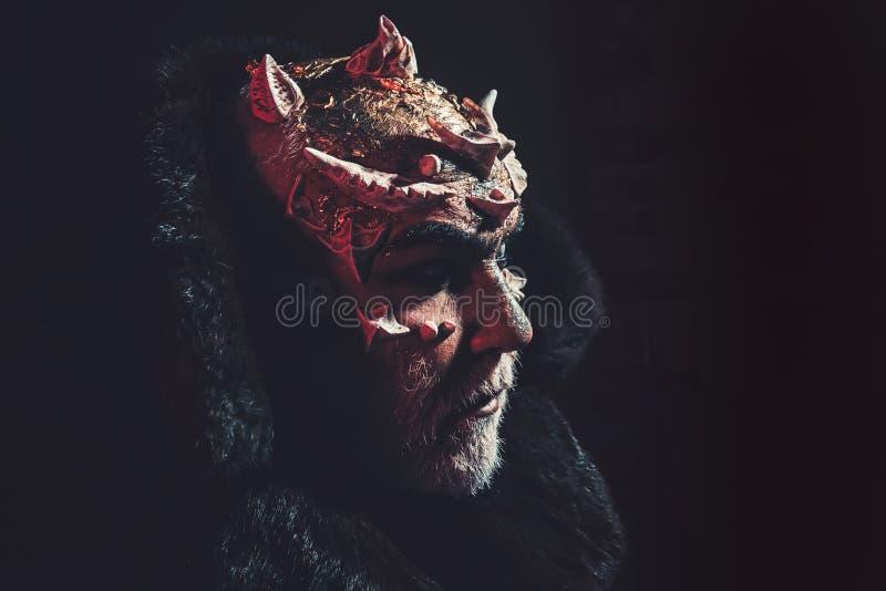 ?tranger, d?mon, maquillage de sorcier Concept d'horreur et d'imagination Homme avec des ?pines ou des verrues D?mon sur le fond  images stock