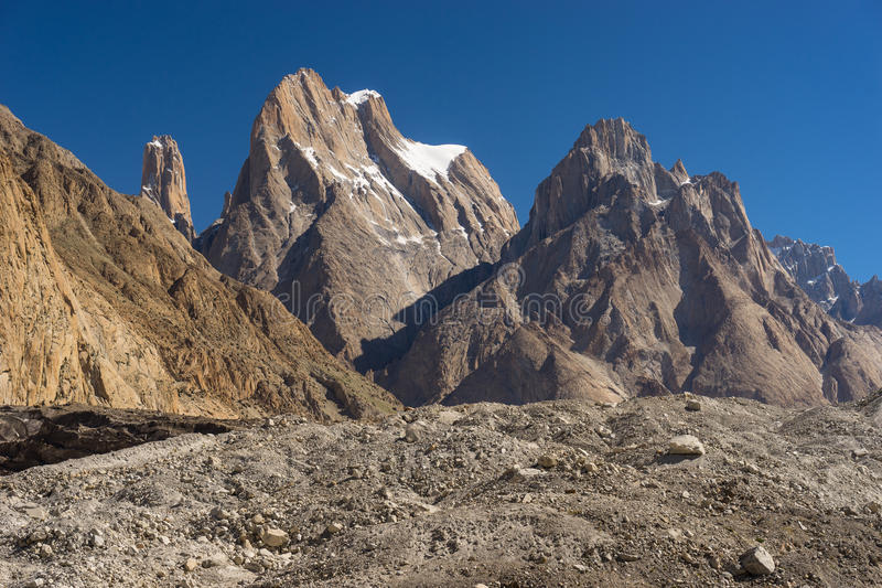 Trango塔峭壁和大教堂耸立, K2艰苦跋涉,斯卡都,基尔吉特, P 免版税图库摄影