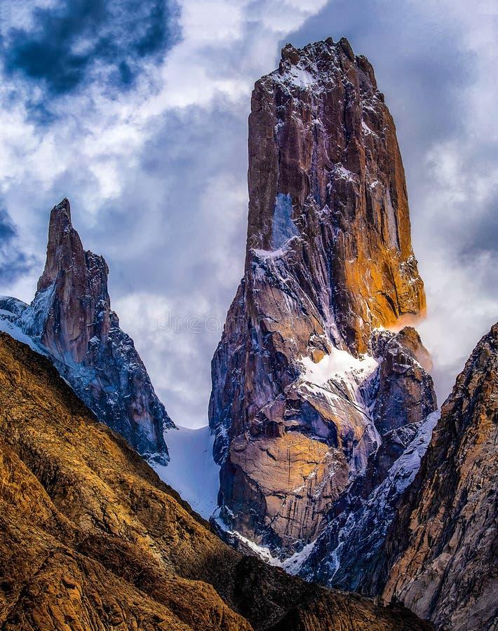 Trango se eleva los acantilados más grandes del mundo situado en la gama de montañas de Karakoram en Paquistán imagen de archivo libre de regalías