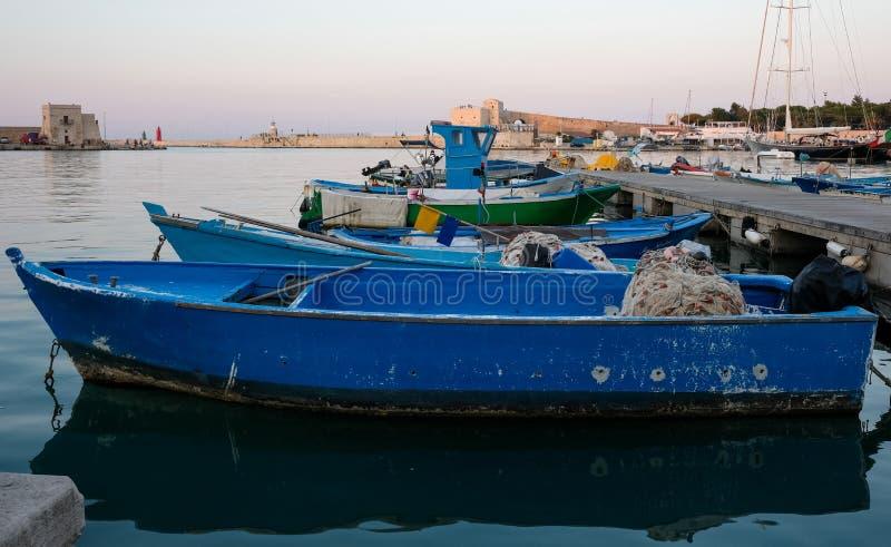 Trani Italien Sikt av porten med färgglade fiskebåtar i hamnen royaltyfri foto