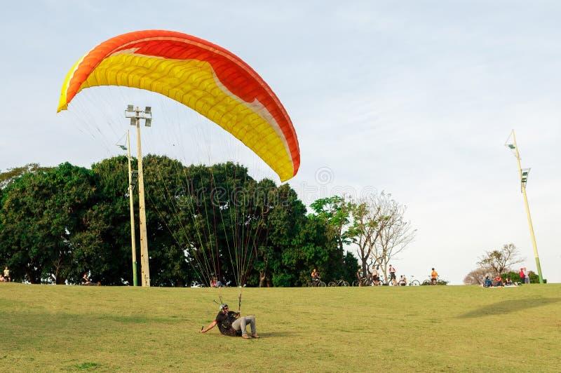 Traning e os testes saltam de paraquedas no parque nativo chamado parque de Nação com os povos em torno da observação imagens de stock royalty free