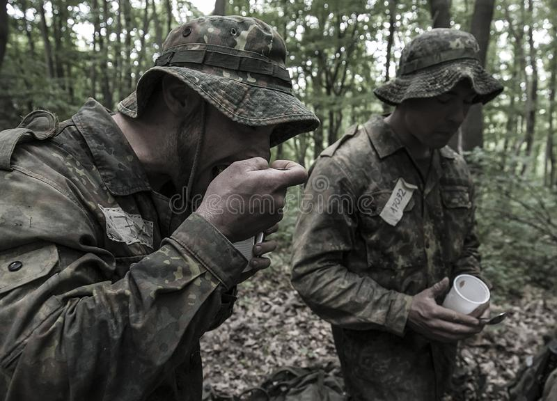 Traning Militärprogramm der Auslese-Herausforderung stockbild
