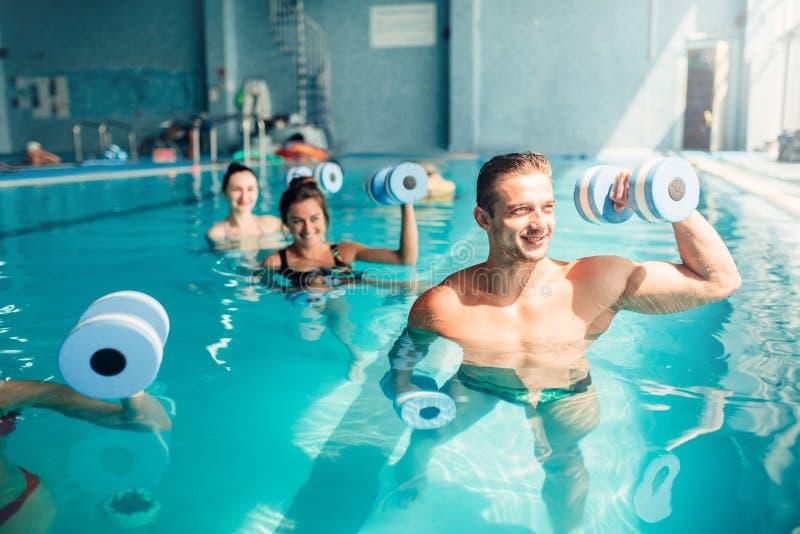 Traninig de los aeróbicos de la aguamarina de las mujeres con pesas de gimnasia fotografía de archivo libre de regalías