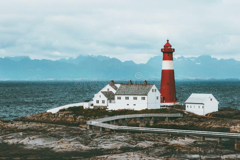 Tranoy灯塔挪威风景海和山在背景旅行风景斯堪的纳维亚人 免版税库存图片