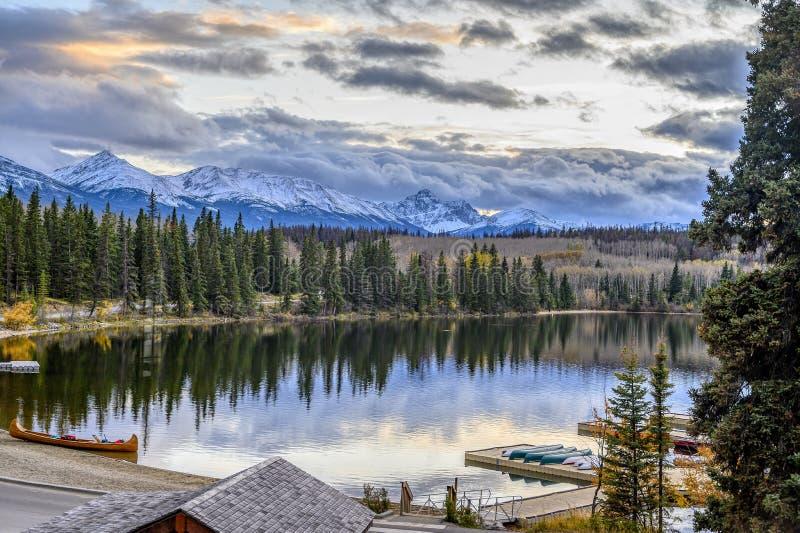 Tranquil Fall Evening op het meer royalty-vrije stock foto