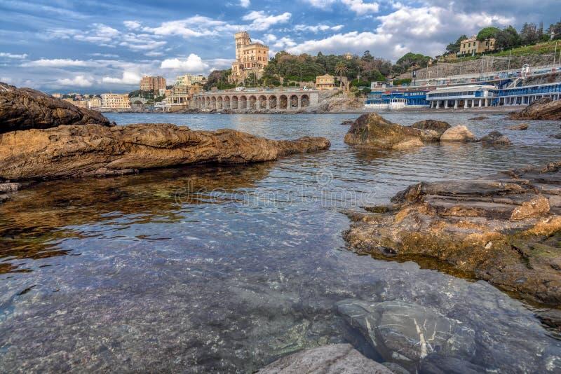 Tranquil rock pool met het oog op de watervoorzijde royalty-vrije stock foto