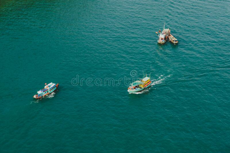 Tranquil strand, turkooizen zee in zonlicht royalty-vrije stock foto's