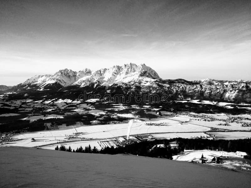 Tranquilidad monocromática del invierno en las montañas austríacas del Tirol imagen de archivo